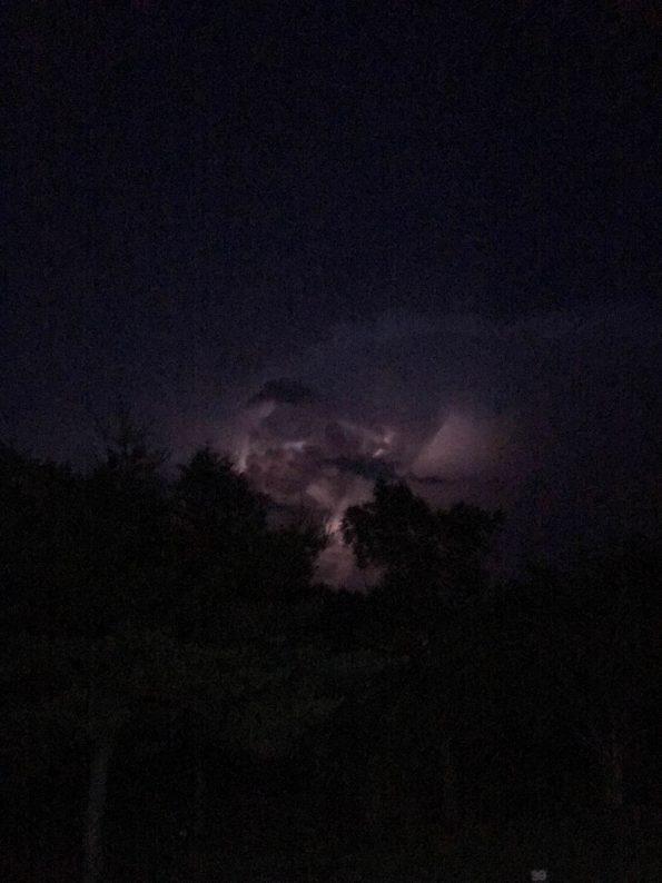 雲の向こうで雷が光っています